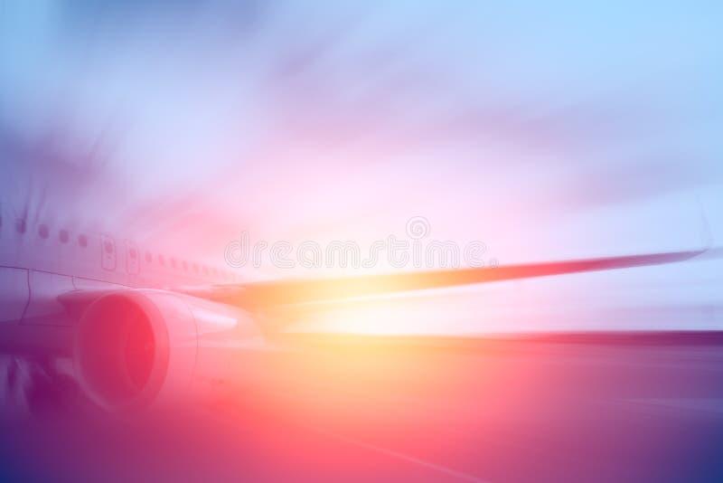 Avión de aire, falta de definición de movimiento del motor a reacción de los aviones con soleado imagenes de archivo