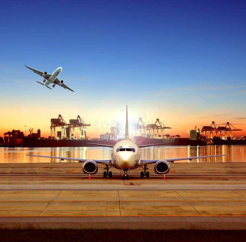 Avión de carga en aeropuerto y barco de envío en el fondo del astillero para la industria logística y del transporte fotos de archivo