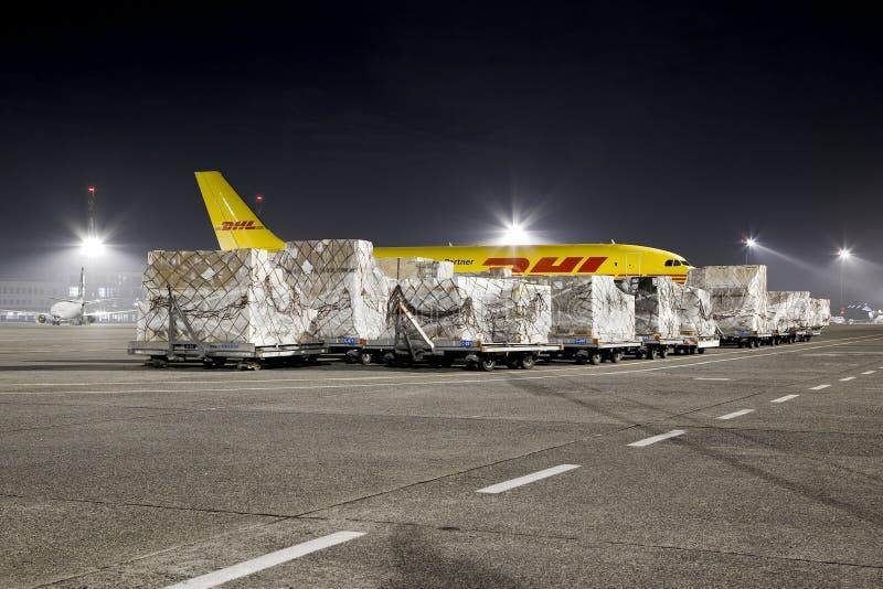 Avión de carga en la noche fotografía de archivo