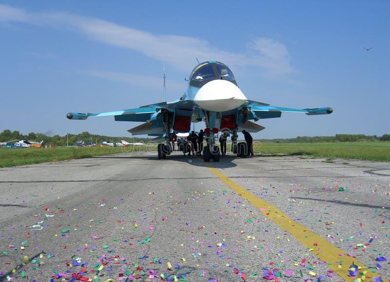 Avión de caza a reacción militar ruso potente en la pista del motor de turbina del jet SU-34 dos imagen de archivo