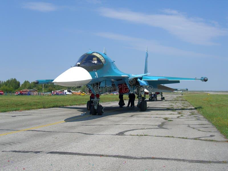 Avión de caza a reacción militar ruso potente en la pista del SU-34 fotografía de archivo