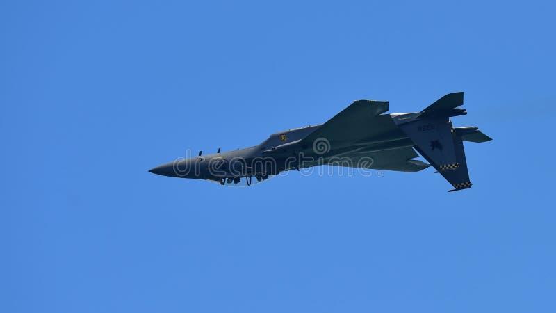 Avión de combate de RSAF F15-SG que realiza acrobacias aéreas en Singapur Airshow fotografía de archivo