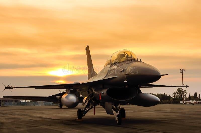 Avión de combate del halcón F-16 en fondo de la puesta del sol fotografía de archivo libre de regalías