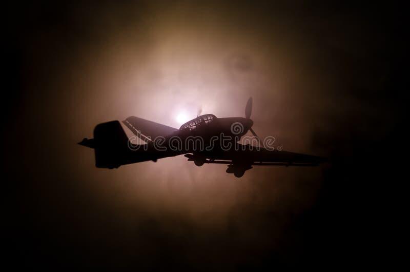 Avión de combate de la Segunda Guerra Mundial en la puesta del sol o el cielo anaranjado oscuro de la explosión del fuego Escena  fotos de archivo libres de regalías