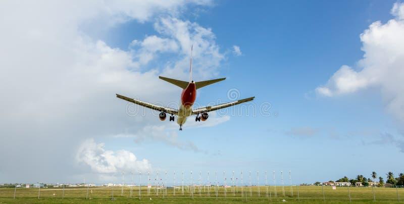 Avi?n de jet que desciende para aterrizar en el aeropuerto imagen de archivo libre de regalías