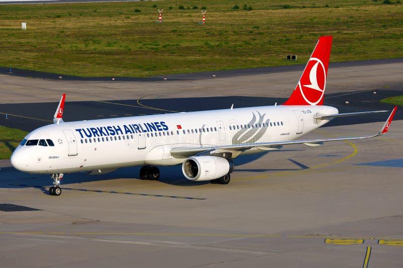 Avión de la aerolínea turca aterrizando en el aeropuerto, vista panorámica fotos de archivo
