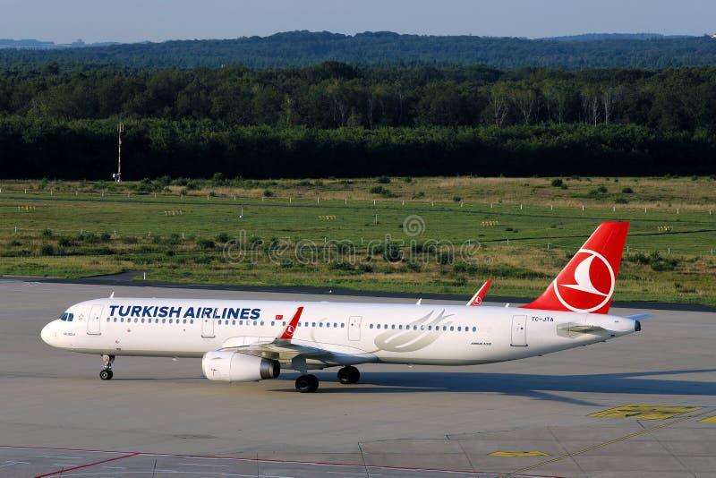 Avión de la aerolínea turca aterrizando en el aeropuerto, vista panorámica foto de archivo