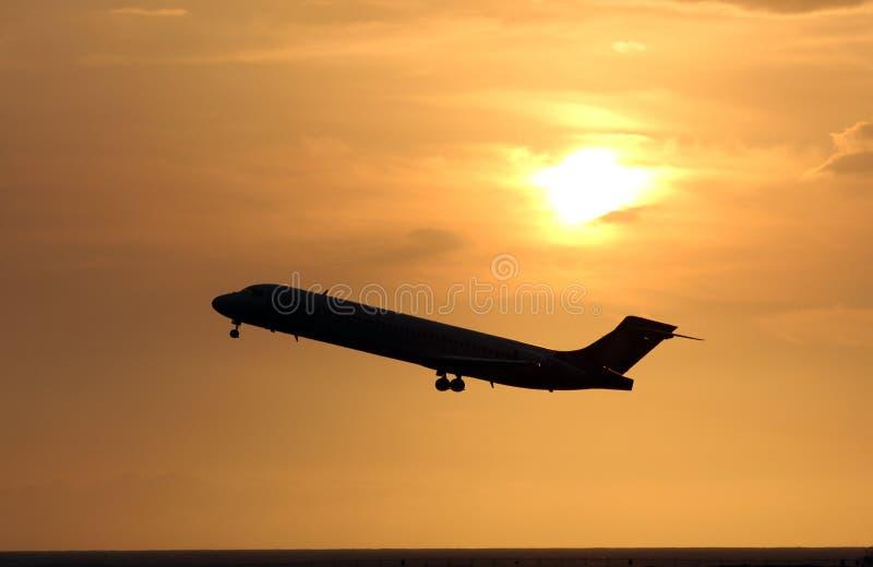 Avión de la puesta del sol foto de archivo