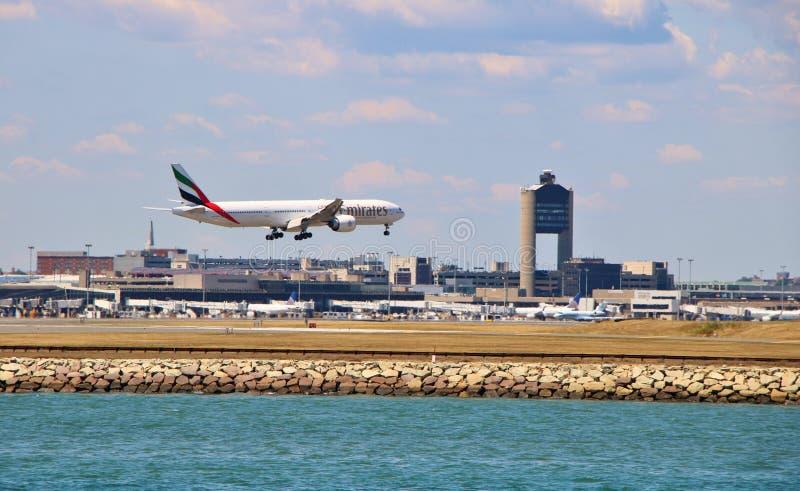 Avión de las líneas aéreas de los emiratos fotografía de archivo libre de regalías
