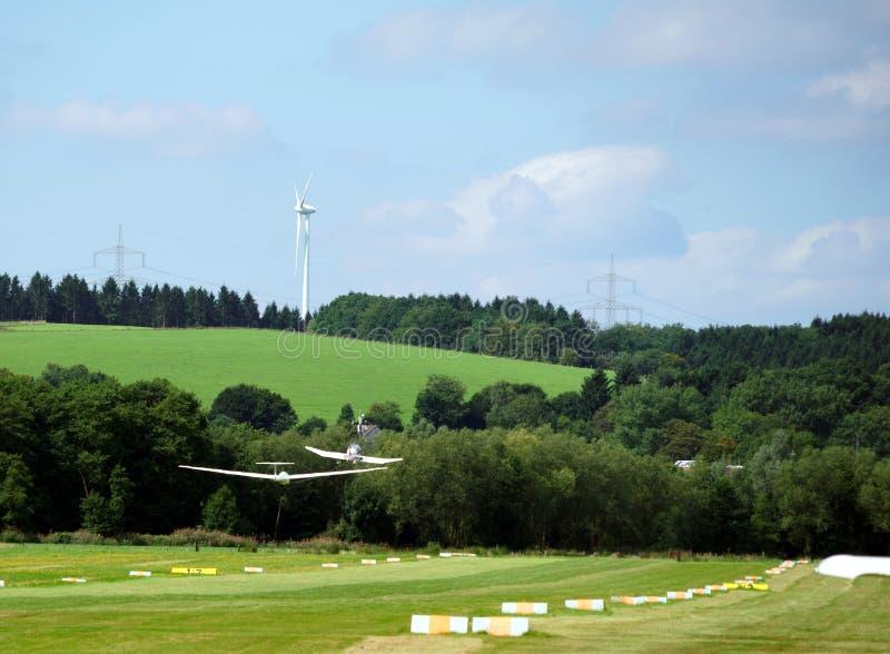 Avión de los deportes que tira de un planeador foto de archivo