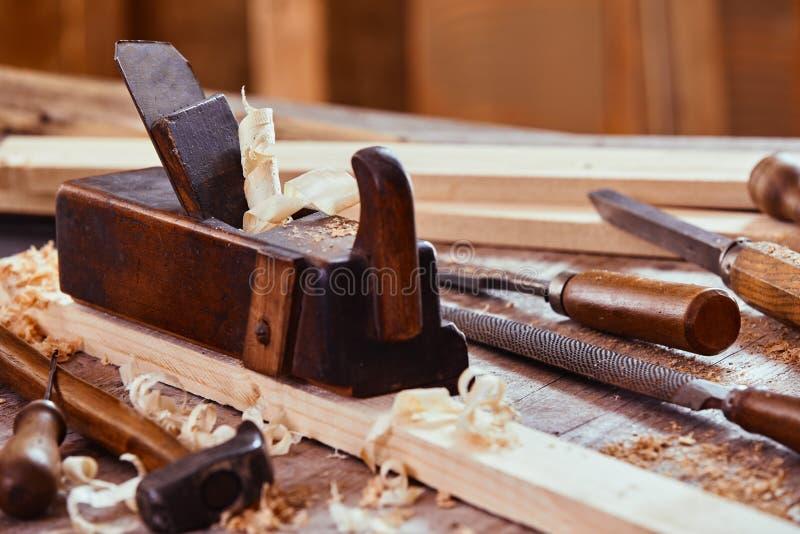 Avión de madera con la escofina, el fichero, el martillo y los cinceles imágenes de archivo libres de regalías
