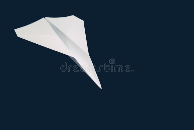 Avión de papel en el cielo azul fotografía de archivo libre de regalías