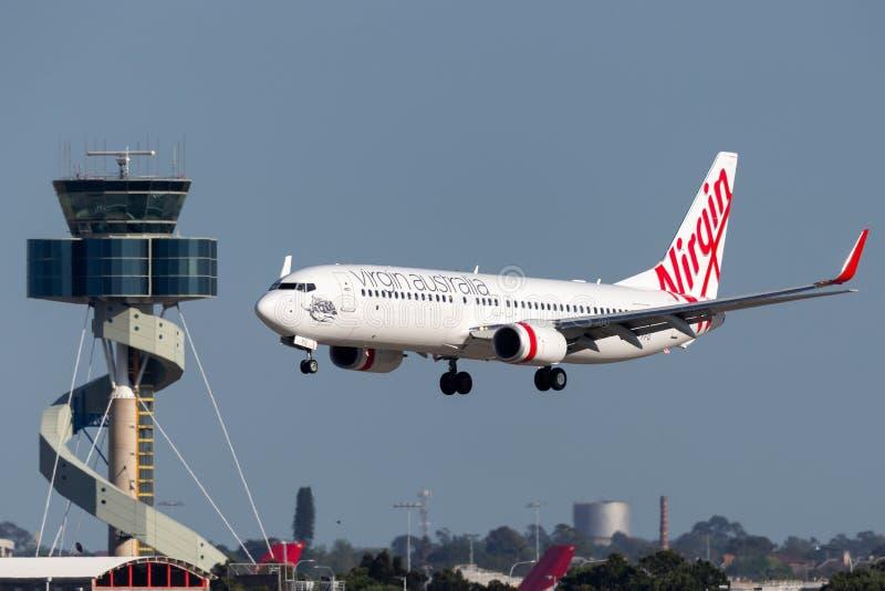 Avión de pasajeros de Boeing 737 de las líneas aéreas de Australia de la Virgen en el acercamiento a aterrizar en Sydney Airport  fotos de archivo libres de regalías