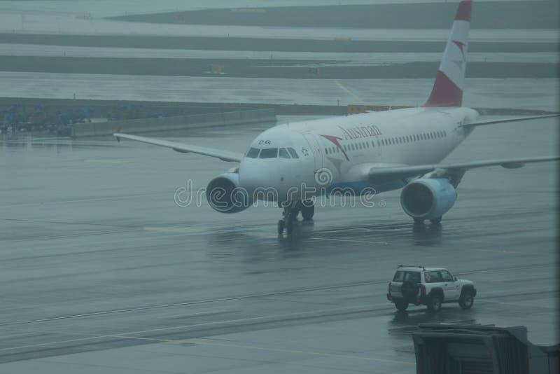 Download Avión De Pasajeros Comercial De Austrian Airlines Llevado En Taxi En Pista Foto editorial - Imagen de airliner, otoño: 42425036