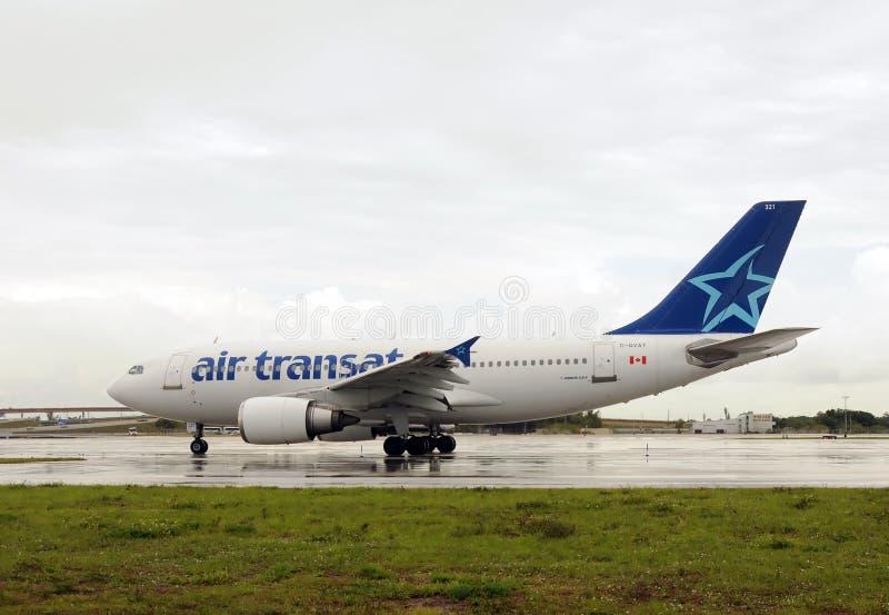 Avión de pasajeros de Transat del aire imágenes de archivo libres de regalías