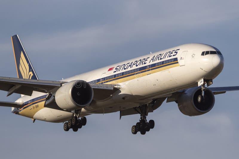 Avión de pasajeros 777-312/ER 9V-SWR de Singapore Airlines Boeing 777-300 en acercamiento a la tierra en el aeropuerto internacio fotografía de archivo
