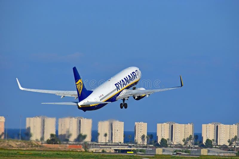 Avión de pasajeros de Ryanair que sale del aeropuerto de Alicante fotos de archivo libres de regalías