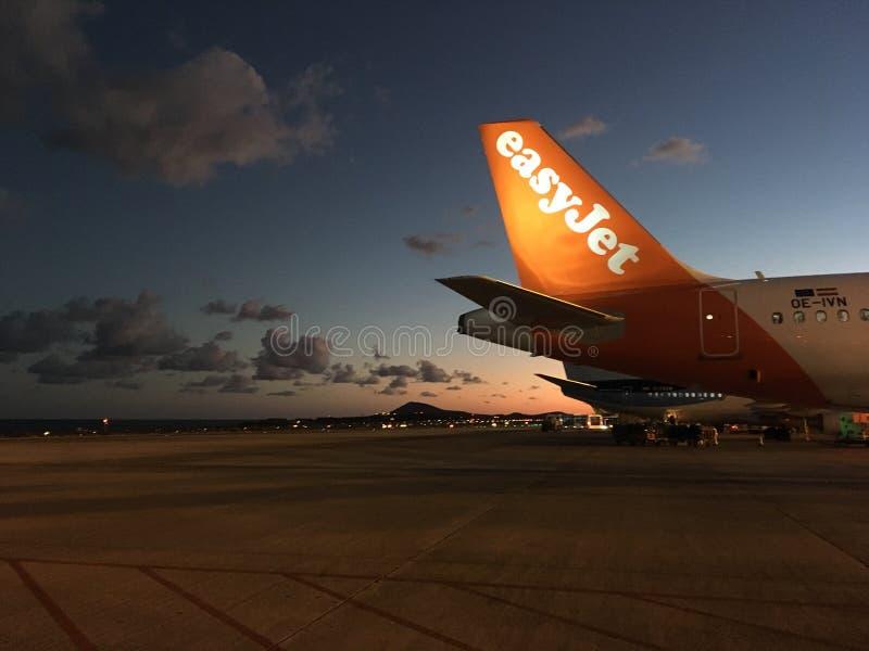 Avión de reacción fácil en la puesta del sol imágenes de archivo libres de regalías