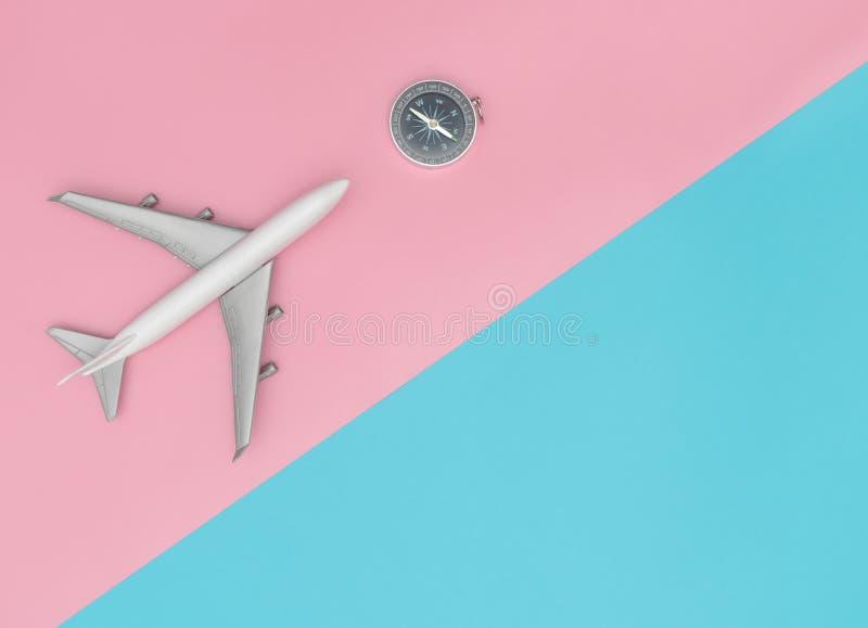 Avión del juguete con el compás para el concepto elegante colorido del viaje fotografía de archivo