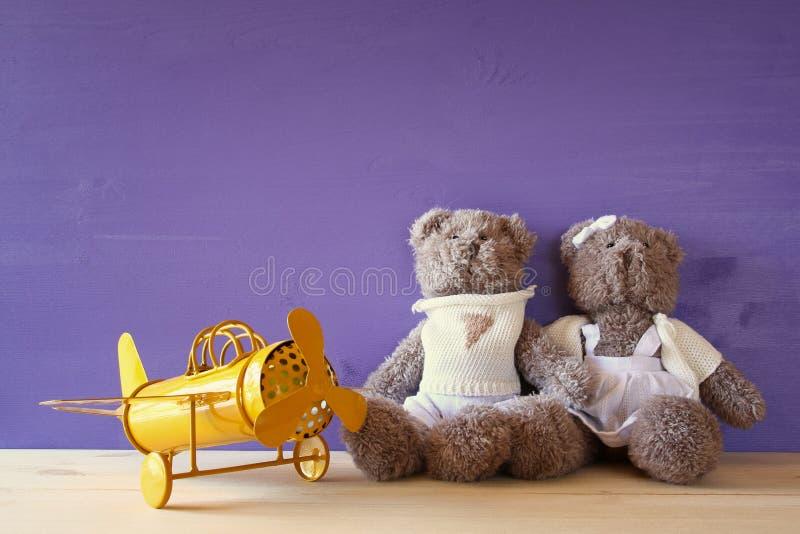 avión del juguete del vintage y pares de los osos de peluche lindos foto de archivo