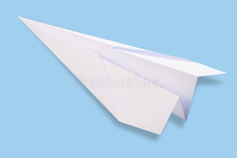 Avión del Libro Blanco en un fondo azul Maqueta del concepto del viaje foto de archivo