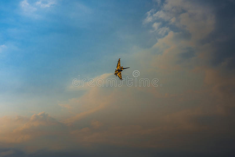 Avión del truco en el cielo fotografía de archivo libre de regalías