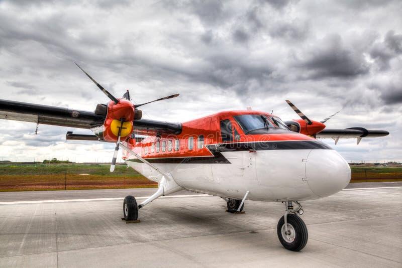 Download Avión Del Vintage En Una Pista De Despeque Del Aeropuerto Imagen de archivo - Imagen de solo, formado: 41907609