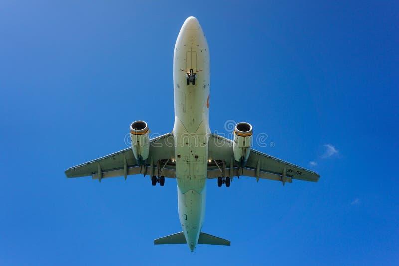Avión del vuelo en la isla de Phuket tailandia imagen de archivo libre de regalías