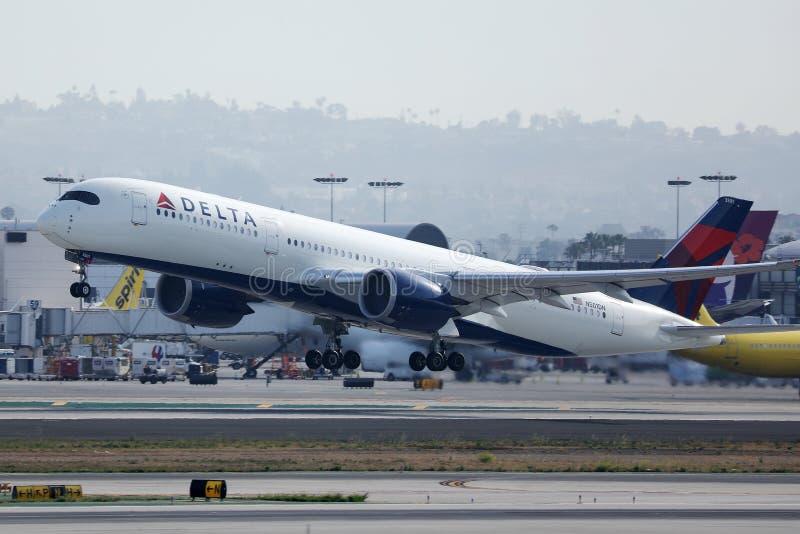 Avión Delta Airlines Airbus A350 despegando del Aeropuerto de Los Ángeles fotografía de archivo