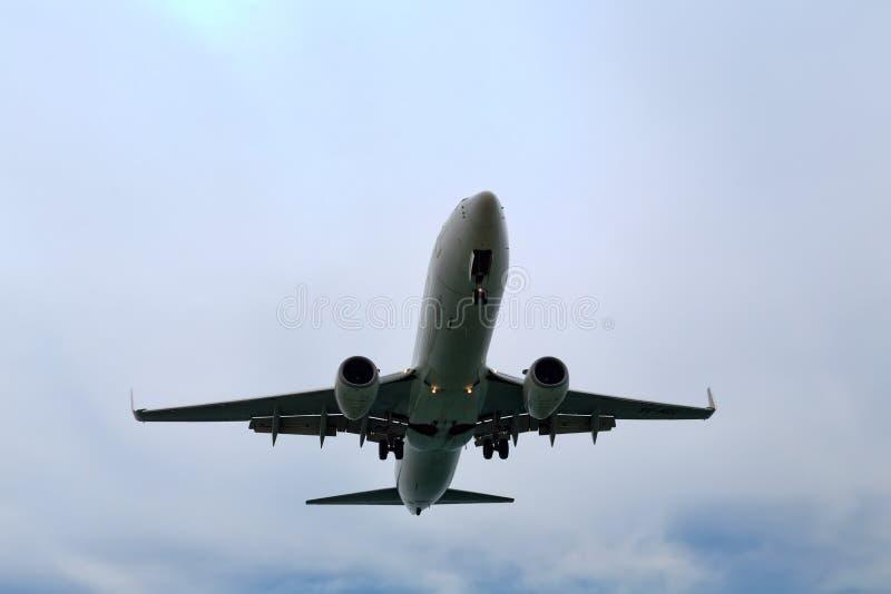 Avión descendente a la tierra en el aeropuerto foto de archivo