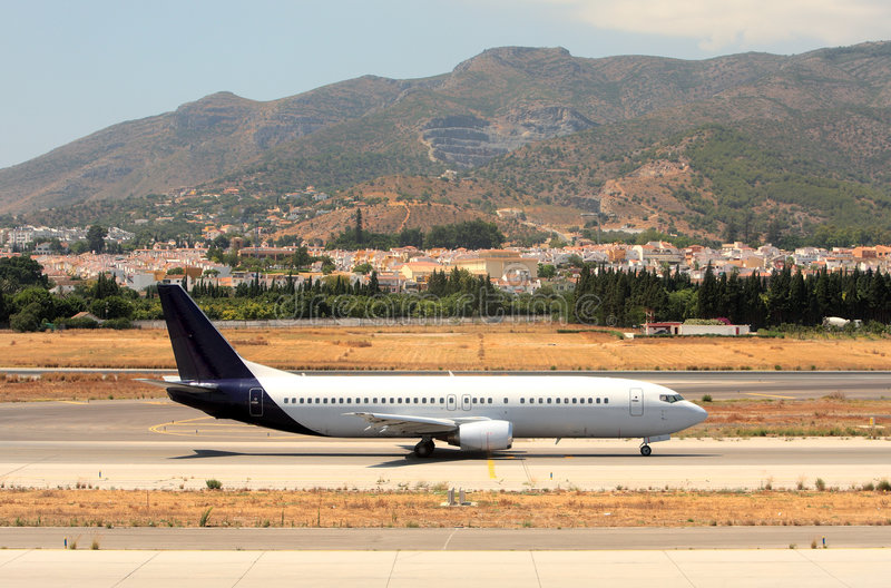 Avión en el cauce en el aeropuerto de Málaga en España fotografía de archivo