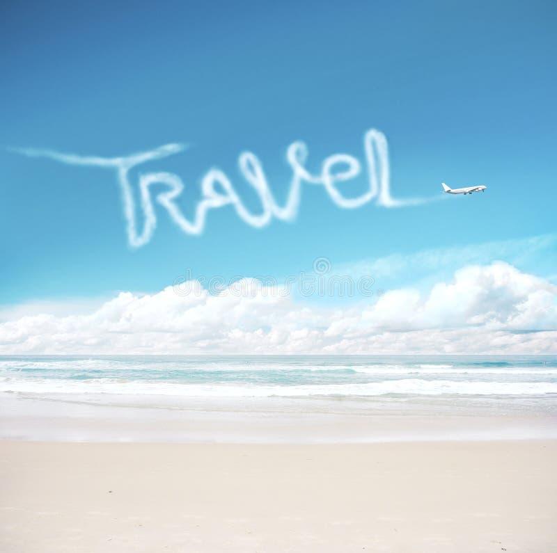 Avión en el cielo dibujando viajes de palabra fotografía de archivo