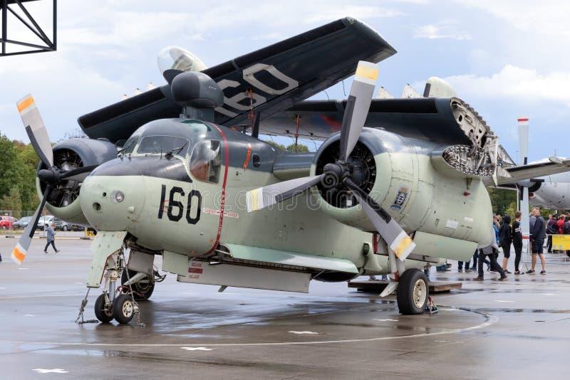 Avión holandés real anterior de la guerra antisubmarina del perseguidor de Grumman S-2 de la marina de guerra con fotos de archivo