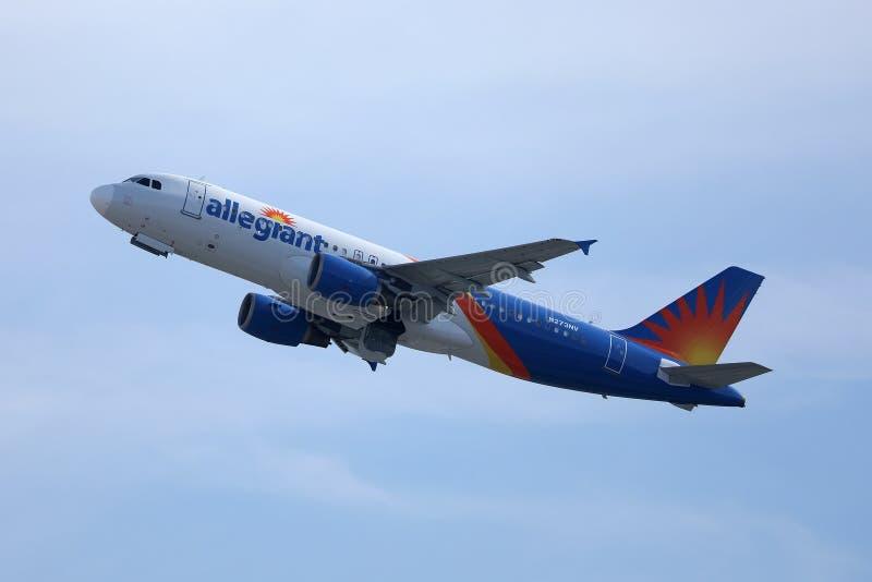 Avión ilegal volando en el cielo imágenes de archivo libres de regalías