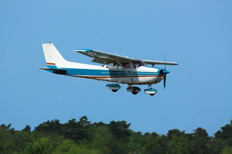 Avión ligero en final imagenes de archivo