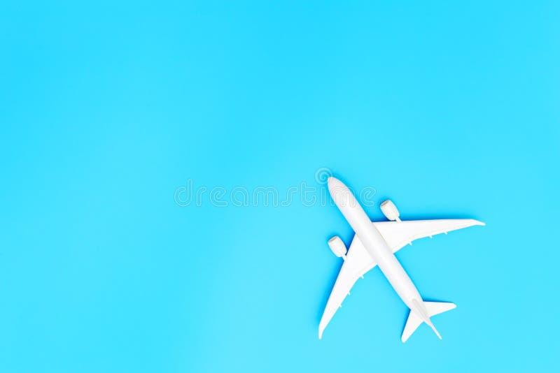 Avión modelo, aeroplano en fondo azul de color en colores pastel con el espacio de la copia Dise?o plano de la endecha Concepto d ilustración del vector