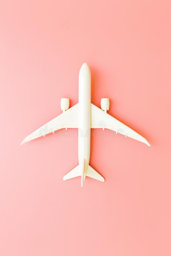 Avión modelo, aeroplano en fondo rosado del color en colores pastel con el espacio de la copia Dise?o plano de la endecha Concept stock de ilustración