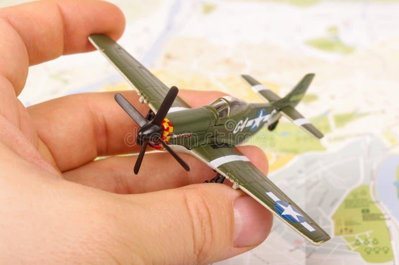 Avión modelo de la Segunda Guerra Mundial vieja en la mano masculina foto de archivo