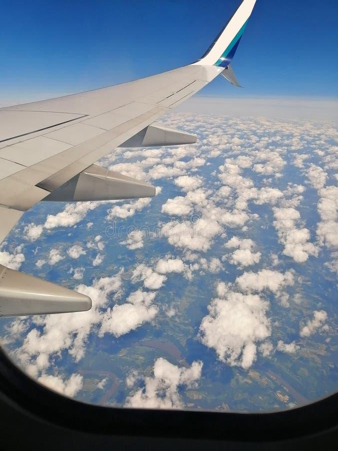 Avión sobre nubes foto de archivo