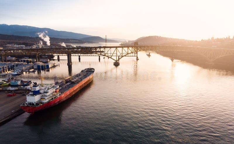 Avión teledirigido de un astillero industrial y un puerto de carga de un buque de carga con buques de carga en Vancouver, Columbi foto de archivo