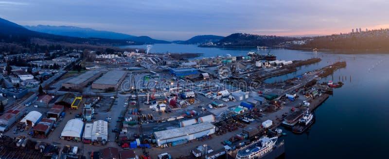 Avión teledirigido de un astillero industrial y un puerto de carga de buques de carga en Vancouver, Columbia Británica (Canadá) fotografía de archivo libre de regalías