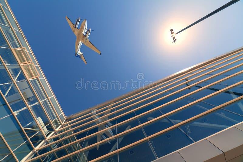 Avión y arquitectura foto de archivo