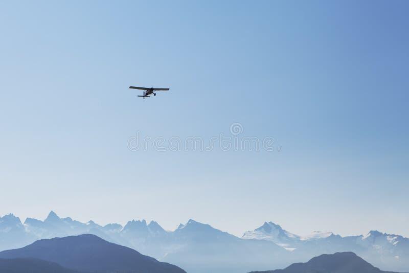 Avión y montañas fotografía de archivo libre de regalías