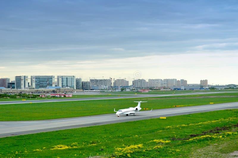 Aviões Báltico de Beechcraft 400XP do vendedor ambulante da linha aérea de FortAero no aeroporto internacional de Pulkovo em St P imagens de stock royalty free