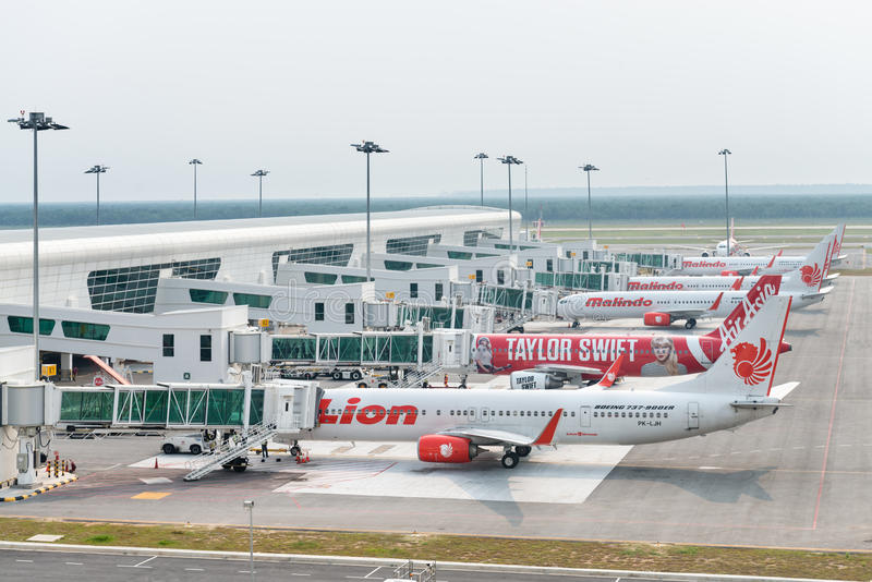 Aviões baratos no aeroporto internacional imagens de stock royalty free