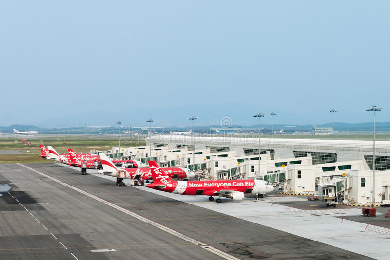 Aviões baratos no aeroporto internacional foto de stock