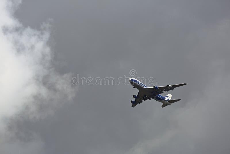 Aviões da carga no céu nebuloso cinzento imagem de stock