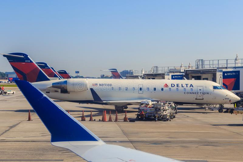 Aviões da conexão de delta em Atlanta fotos de stock royalty free