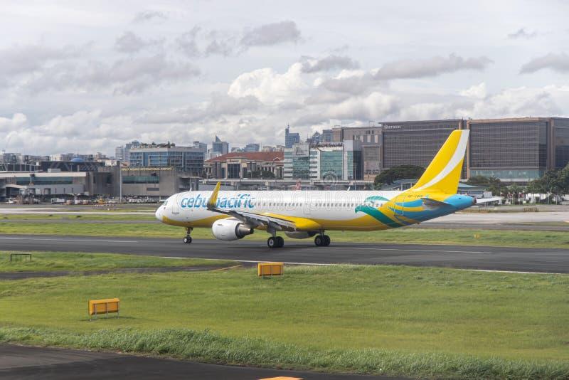 Aviões da linha aérea de Cebu Pacific que movem-se para a pista de decolagem para decolar, Manila, Filipinas, o 18 de julho de 20 fotos de stock royalty free
