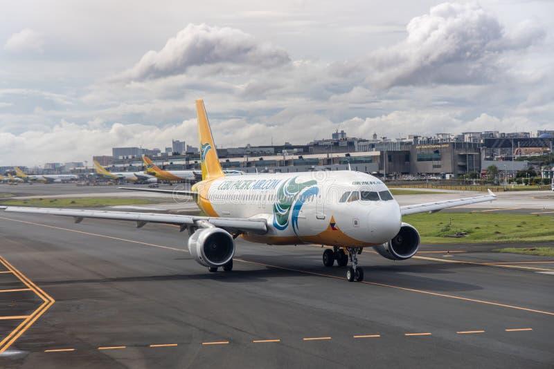 Aviões da linha aérea de Cebu Pacific que movem-se para a pista de decolagem para decolar, Manila, Filipinas, o 18 de julho de 20 fotos de stock